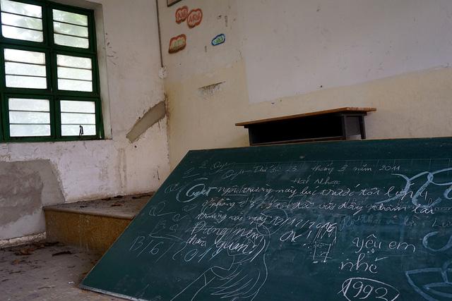Nhiều người từng ghé vào trường và để lại bút tích trên chiếc bảng nằm chỏng chơ dưới nền đấy.