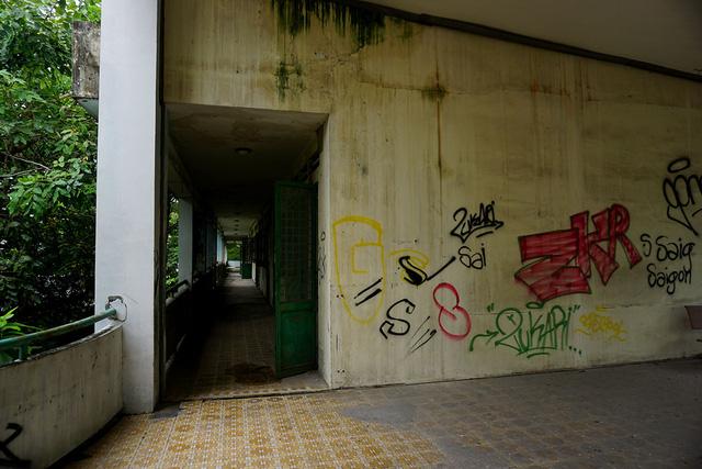 Lối hành lang các tầng tối đen.