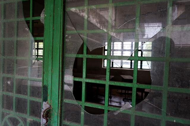 Cửa kính các phòng học bị bể gần hết.