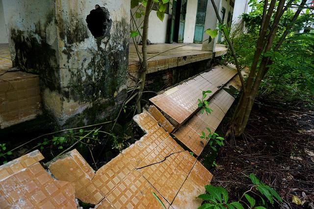 Phần nền bị sụt lún, nứt nẻ nghiêm trọng.