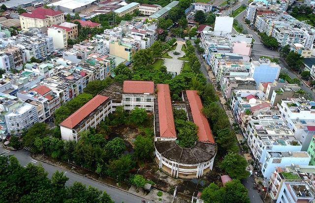 Trường tiểu học Phú Định (còn gọi là trường Trần Văn Kiểu, nằm trên đường Vành Đai, phường 10, quận 6, TPHCM) được xây dựng với kinh phí hàng chục tỷ đồng và được đưa vào sử dụng từ tháng 9/2004.