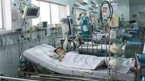 """Bác sĩ """"chiến đấu"""" suốt 3 tuần cứu sống bé trai nguy kịch vì sốt xuất huyết"""