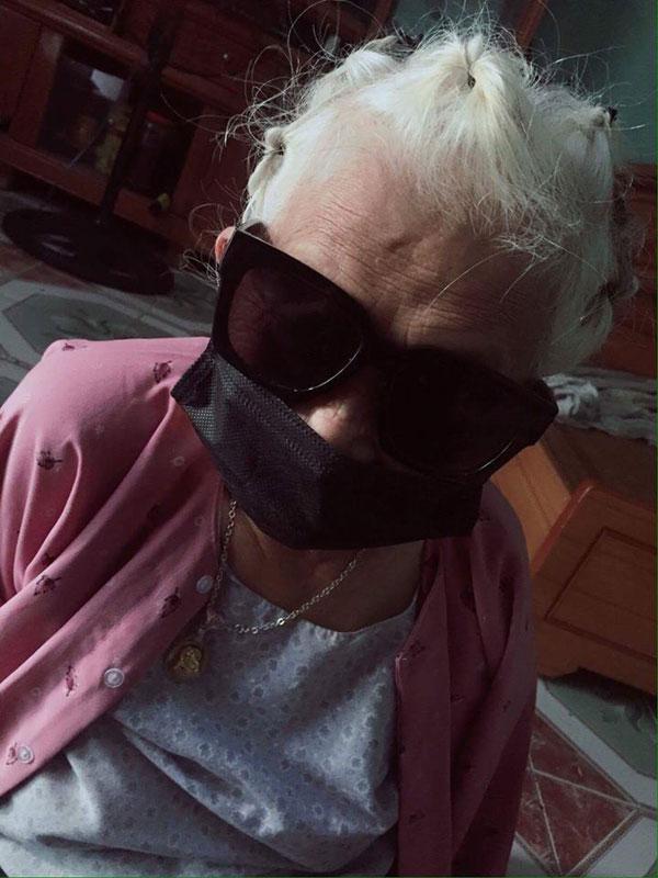 Thêm một bà ngoại xì tin hết nấc: 82 tuổi vẫn selfie dù đang bó bột-1
