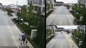 Gia đình 6 người bị xe điên tông chết 5: Đứa trẻ ngơ ngác tìm bố mẹ