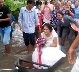 Hình ảnh đám cưới ngày mưa lũ đang được chia sẻ nhiều trên mạng xã hội