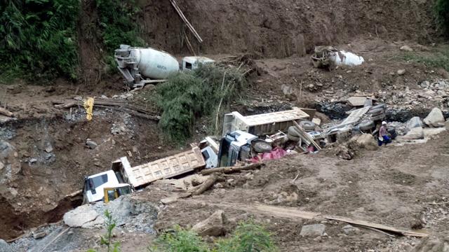 Nước lũ đánh sập khoảng đất, kéo nhiều xe ô tô rơi xuống khe.