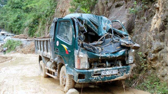 Một xe tải hư hại do đất đá rơi.