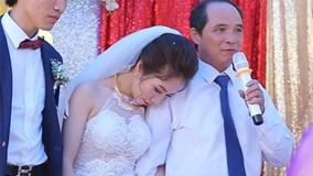 Cảm động clip người cha âm thầm dõi theo con gái về nhà chồng