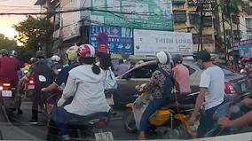 Cô gái đi xe máy bị móc ba lô trên đoạn đường tắc nghẽn ở Hà Nội
