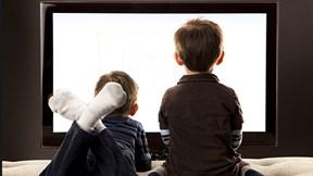 Kiểm soát con xem tivi: Cha mẹ phải làm gì?