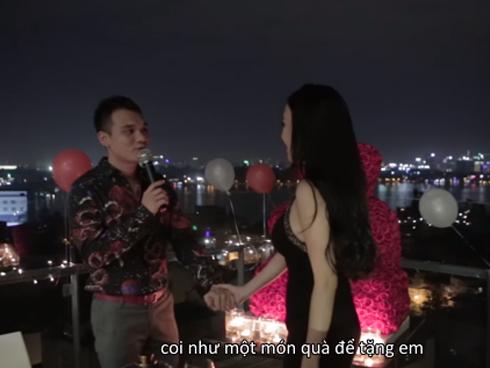 Lịm tim với video toàn cảnh Khắc Việt quỳ gối cầu hôn bạn gái-1