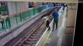 Gã đàn ông vô cớ đẩy nữ lao công xuống đường ray gây phẫn nộ