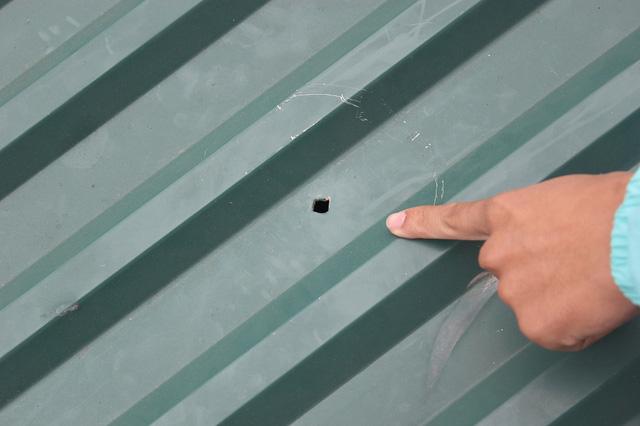 Mái tôn trường mầm non tư thục bị đạn đục thủng.