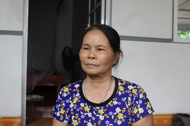 Bà Lý bàng hoàng kể lại câu chuyện bị đạn bất ngờ găm trúng ngực khi đi lễ chùa. Hiện vùng ngực của bà vẫn còn vết sẹo dài gần chục mũi khâu.
