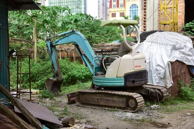 Bên trong, máy móc bỏ không từ lâu, cỏ dại mọc nhiều, khung cảnh hoang hoá.