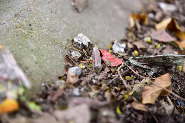 Vỏ chai nước cất do các đối tượng nghiện sử dụng và bỏ lại ở nhiều nơi.