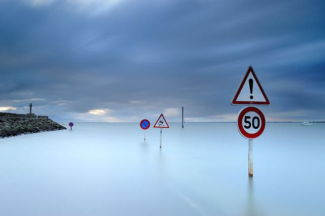 Các biển cảnh báo nguy hiểm đặt dọc theo con đường