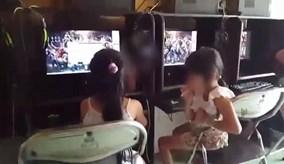 Hai bé gái 6 - 7 tuổi vừa hút thuốc vừa chơi game