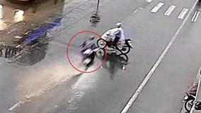 Xe máy phóng như bay gây tai nạn kinh hoàng giữa trời mưa