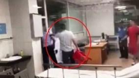 Hành hung nữ bác sỹ, chủ tịch phường bị khiển trách, phạt 300.000 đồng