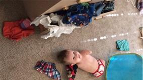 Rơi nước mắt trước hình ảnh cậu bé không chân tay tự mình cất quần áo