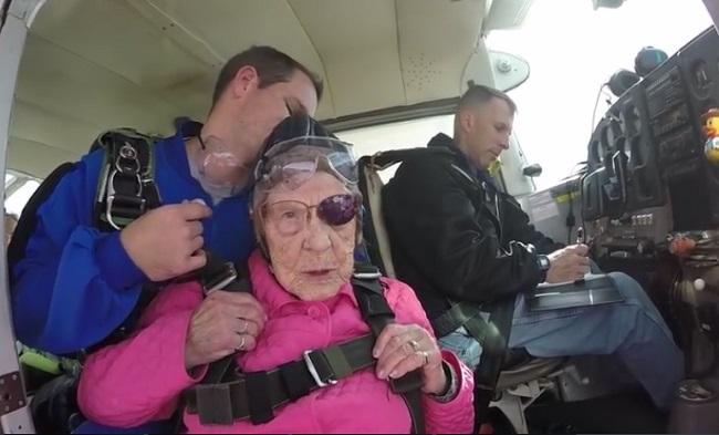Cụ bà chất chơi mừng sinh nhật 94 tuổi theo cách không tưởng khiến giới trẻ ngả mũ-1
