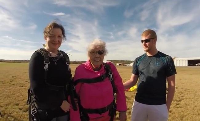 Cụ bà chất chơi mừng sinh nhật 94 tuổi theo cách không tưởng khiến giới trẻ ngả mũ-3