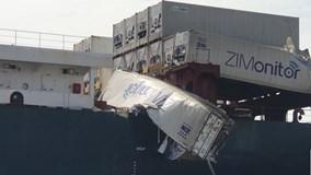 """Hai tàu container tông nhau trên sông, hàng trăm người lao ra """"hôi của"""""""
