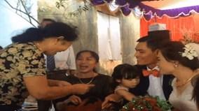 Đám cưới độc đáo: Người thân cầm túi nhận tiền mừng thay cô dâu, chú rể