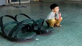Choáng váng trước đôi dép cao su 'khổng lồ' được làm từ lốp xe lu