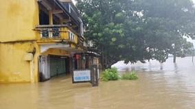 Người dân Hội An chưa thể về nhà do ngập lụt