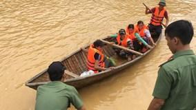 Cận cảnh vượt lũ cứu 15 phụ nữ mắc kẹt do thủy điện xả lũ