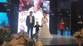 Bé 4 tuổi làm đám cưới với mẹ ruột và câu chuyện khiến triệu người xúc động
