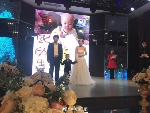 Cậu bé 4 tuổi làm đám cưới với mẹ ruột và nguyên nhân phía sau khiến triệu người xúc động-2
