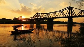 Bức tranh cầu Long Biên tuyệt đẹp ghép từ dây điện