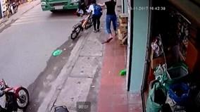 Ngã văng trước bánh xe tải, bé trai thoát chết thần kỳ trong gang tấc