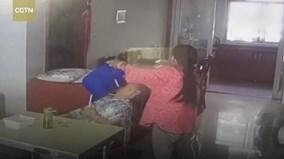 Phẫn nộ clip giúp việc đánh đập tàn nhẫn, bắt cụ bà mắc Alzheimer ngửi phân