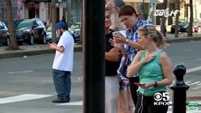 Mỹ: Nhiều bang phạt người đi bộ sử dụng điện thoại