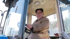 Nhà lãnh đạo Triều Tiên tươi cười lái máy kéo
