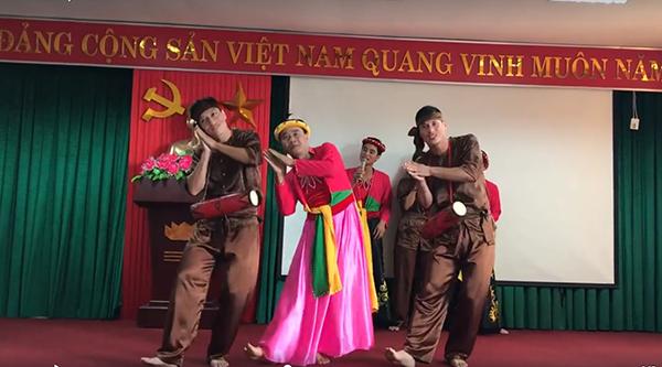 Màn giả gái múa cực dẻo trên nền bài hát Trống cơm của các thầy giáo hút trăm nghìn lượt xem-1