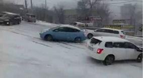 Nước Nga ngập trong băng tuyết, xe hơi đâm nhau hàng loạt