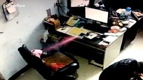 Smartphone phát nổ bốc khói mù mịt trên bàn làm việc