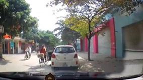 Mở cửa bất cẩn đốn ngã cô gái đi xe đạp, tài xế vô cảm bỏ đi gây phẫn nộ