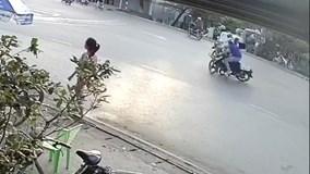 Xe máy đấu đầu, hai người bất tỉnh tại chỗ