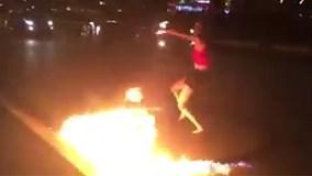 Cô gái xinh đẹp đổ xăng, múa lửa giữa đường phố Sài Gòn
