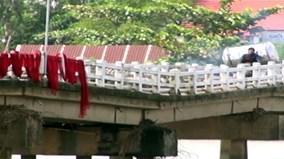 """Thót tim khi đi qua cầu """"võng"""" ở Quảng Nam"""
