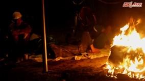 Hà Nội rét đậm, dân lao động co ro đốt lửa sưởi ấm ven đường