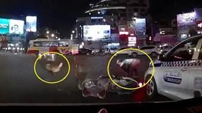 Chó cưng chạy mất hút, mặc chủ nằm chỏng chơ giữa đường sau va chạm