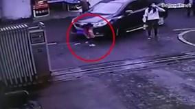 Mẹ mải uống nước, con gái nhỏ bị ôtô đâm vẫn không biết