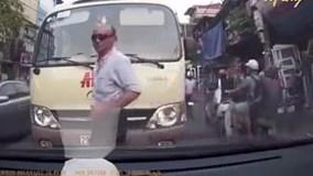 Tài xế xe khách cố tình lấn làn, dọa đánh ô tô con